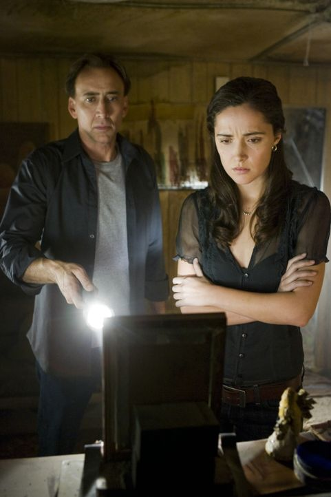 Schon bald wird John (Nicolas Cage, l.) klar, dass die Tochter (Rose Byrne, r.) und Enkelin des kleines Mädchens, das damals im Jahre 1959 diese Zah... - Bildquelle: 2009 Summit Entertainment, LLC.  All Rights Reserved