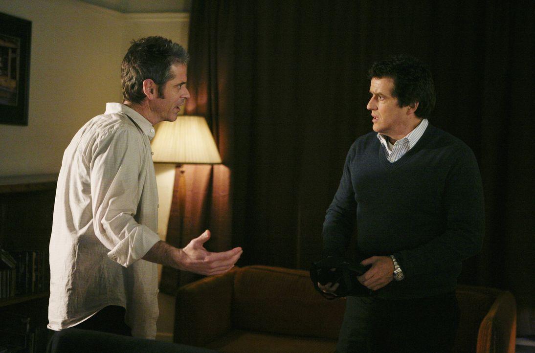 Reporter Ray Colson (Justin Louis, r.) findet den einzigen Überlebenden (C. Thomas Howell, l.) eines Reaper-Anschlags  - und erfährt Ungeheuerlich... - Bildquelle: Touchstone Television