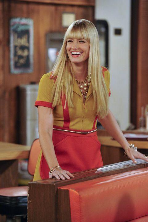 Um Max eine kleine Freude zu machen, kauft Caroline (Beth Behrs) ihr eine neue Bettwäsche und wirft die alte, abgenutzte in den Müll. Was sie jedoch... - Bildquelle: Warner Brothers