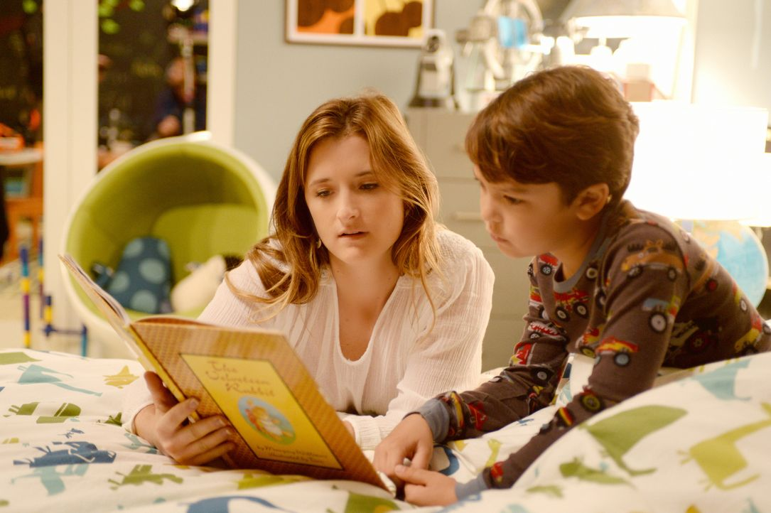 Das Roboterkind Ethan (Pierce Gagnon, r.) entwickelt sich - allerdings nicht nur zum positiven. Julie (Grace Gummer, r.) hat bislang nichts von den... - Bildquelle: Dale Robinette 2014 CBS Broadcasting, Inc. All Rights Reserved