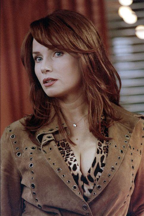 Die in die Jahre gekommenen TV-Schauspielerin Caroline Suzanne (Rebecca De Mornay) ertränkt ihre Probleme gern im Alkohol ... - Bildquelle: 2003 Sony Pictures Television International. All Rights Reserved.