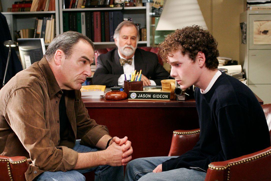 Gideon (Mandy Patinkin, l.) und der Anwalt (Marvin Shapiro, M.) teilen Nathan (Anton Yelchin, r.) mit, dass er als Serientäter in Frage kommt ... - Bildquelle: Touchstone Television