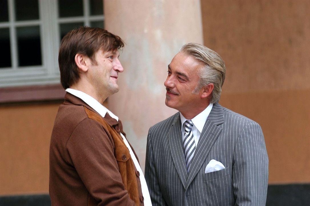 Lou (Christoph M. Ohrt, r.) macht Rainer (Ingo Naujoks, l.) ein verlockendes Angebot ... - Bildquelle: Sat.1