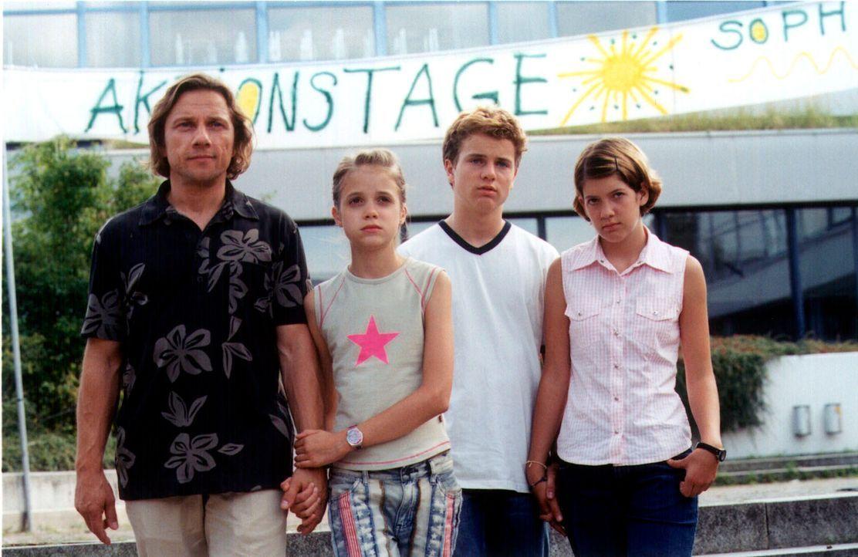 Paula hat schon wieder die Sachen gepackt. Max (Richy Müller, l.), Fidel (Anja Sommavilla, r.), Lisa (Sidonie von Krosigk, 2.v.l.) und Erik (Tobias... - Bildquelle: Erika Hauri Sat.1