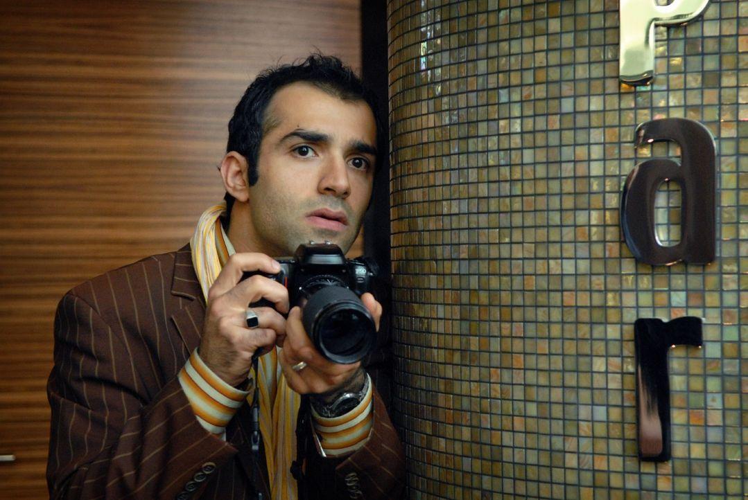 Alfonso (David Hamade) arbeitet mit Franziska im Team und beobachtet sie aus sicherer Entfernung, um dann das Beweisfoto zu schießen ... - Bildquelle: Sat.1