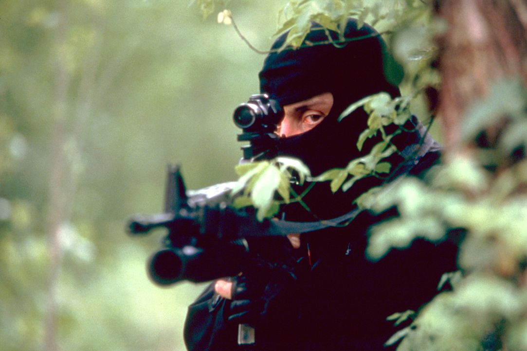 Scharfschützen machen Cole und Beckett das Überleben schwer ... - Bildquelle: Columbia Pictures Corporation