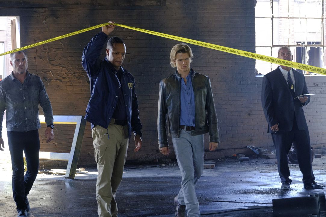 "MacGyvers (Lucas Till. 2.v.r.) und das FBI-Team sind sich sicher: Der gesuchte Bombenbauer ist Mac's alter Gegenspieler ""The Ghost"" ... - Bildquelle: 2016 CBS Broadcasting, Inc. All Rights Reserved"