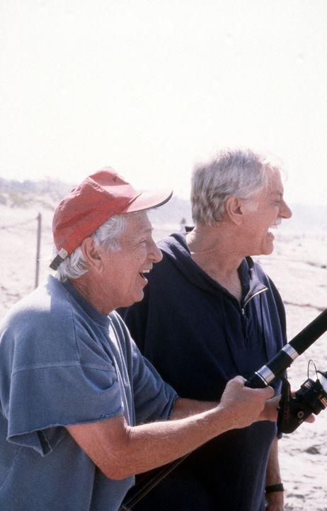 Mark (Dick Van Dyke, r.) und sein blinder Freund Leo (Leo Penn, l.) beim Angeln. - Bildquelle: Viacom
