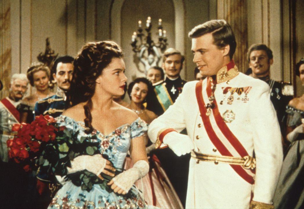 Die Staatsraison fordert die Verheiratung von Kaiser Franz - Joseph von Österreich (Karlheinz Böhm, r.). Da begegnet er der hübschen Prinzessin E... - Bildquelle: Herzog-Filmverleih