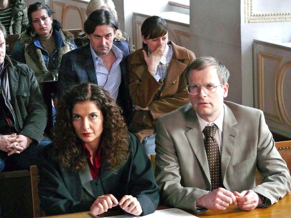 Bei dem einberufenen Schnellgerichtsverfahren verteidigt Anwältin Dr. Carla Gern (Proschat Madani, l.) den beschuldigten Bankbeamten Walter Reinhart... - Bildquelle: Hans Seidenabel Sat.1
