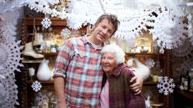 Jamie Oliver (l.) feiert Weihnachten mit seiner Familie und guten Freunden. N...