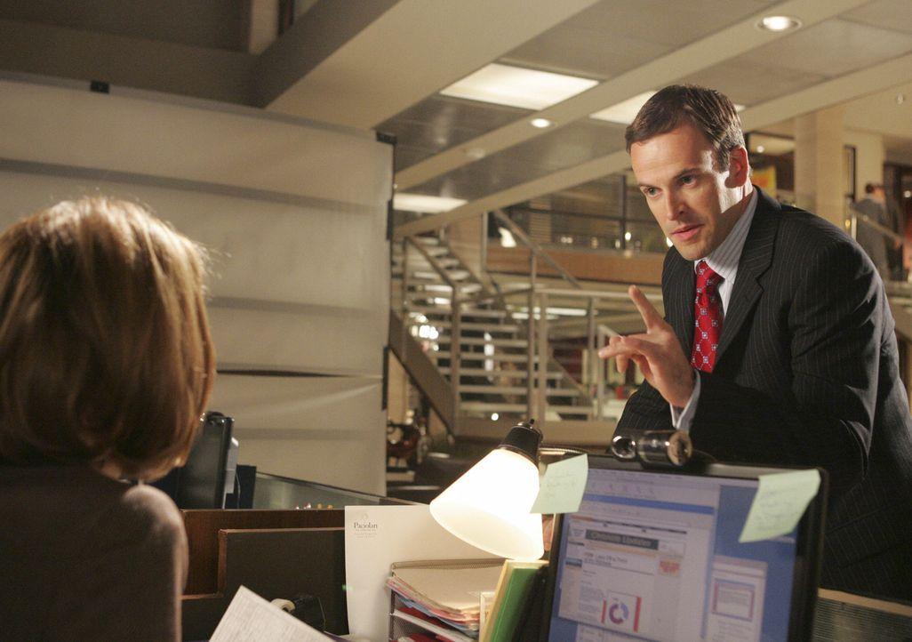 Nicht nur Maggie (Julie Gonzalo, l.) wundert sicht über Elis (Jonny Lee Miller, r.) Auftreten in der Kanzlei ... - Bildquelle: Disney - ABC International Television