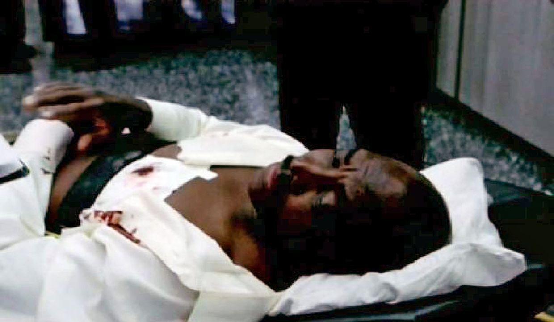 Bei der Erstürmung des Gebäudes schießt ein Amokläufer Agent Devane (Clifton Powell) nieder. - Bildquelle: Paramount Network Television