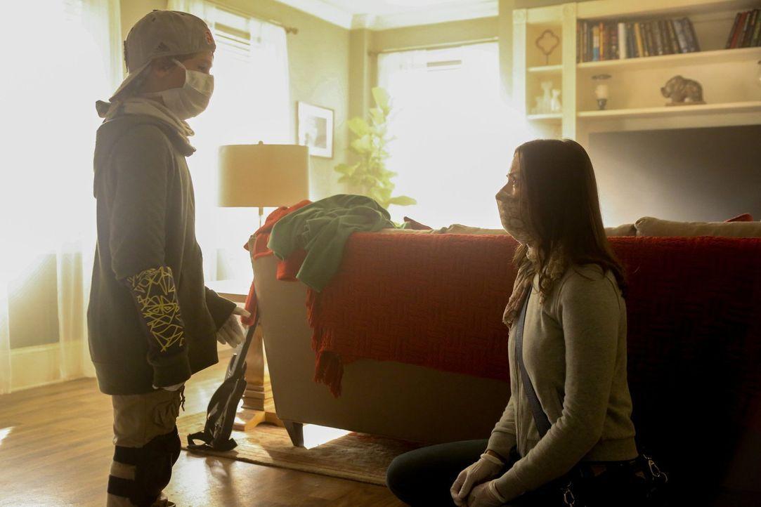 Eigentlich hatte Katie (Kristen Gutoskie, r.) gehofft, dass Quentin (Zachary Unger, l.) im Krankenhaus in Sicherheit ist, während sie ihren Schüler... - Bildquelle: Warner Brothers