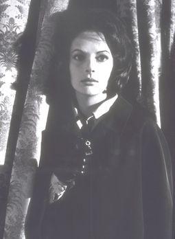 Das Geheimnis der schwarzen Witwe - Clarissa (Karin Dor) will den Tod ihres V...