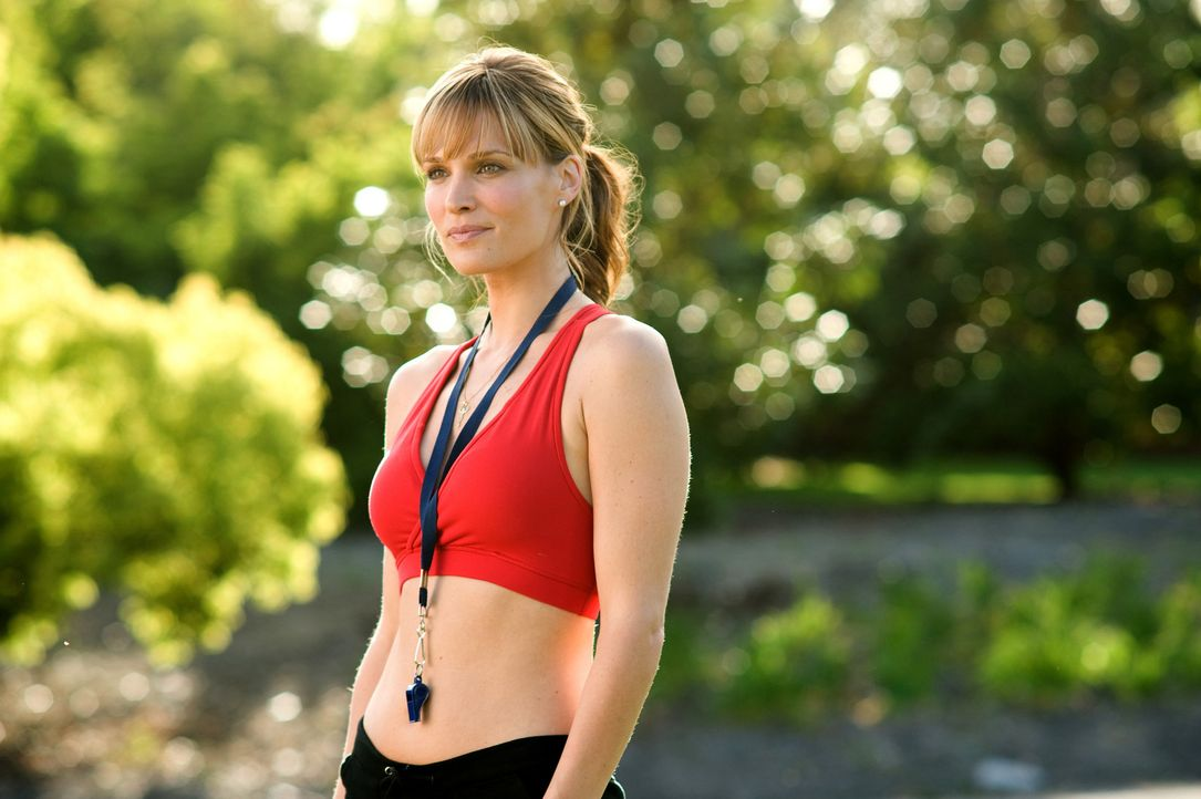 Noch ist Diora (Molly Sims) skeptisch, ob man aus zwei vorlauten Jungen anständige Cheerleader machen kann ... - Bildquelle: 2009 Screen Gems, Inc. All Rights Reserved.