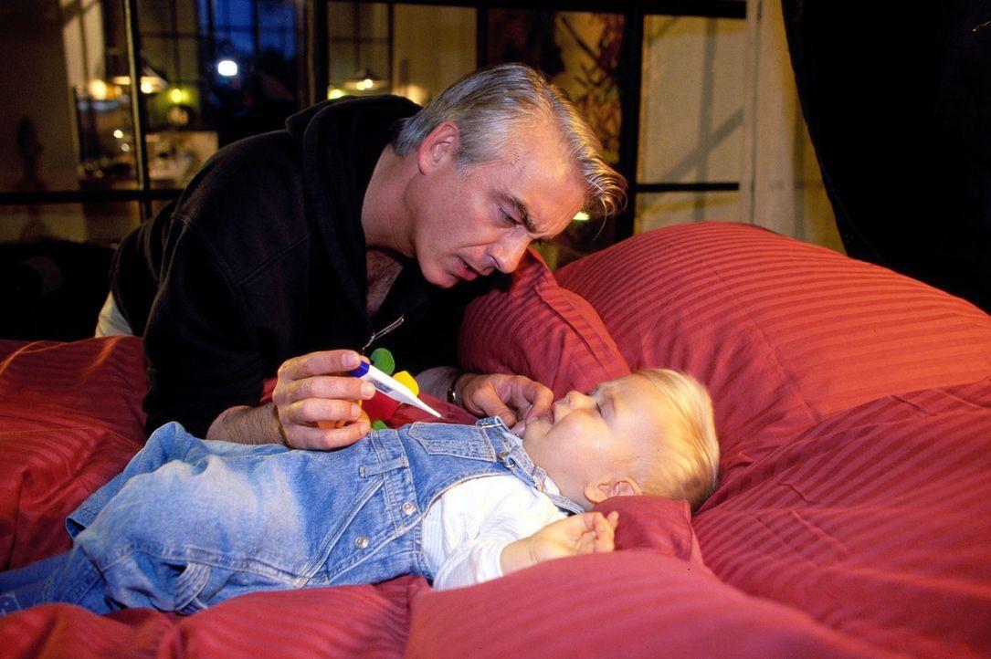 Zwischen Felix (Christoph M. Ohrt) und Sandra entbrennt ein Wettstreit, wer das Findelkind besser betreuen kann. Felix gibt sich alle Mühe ... - Bildquelle: Hardy Spitz Sat.1