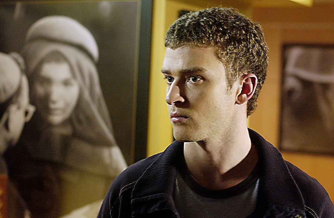 """Während eines Mordprozesses beobachtet der junge Journalist Josh Pollack (Justin Timberlake), wie der Angeklagte einem Cop ein """"Danke"""" zuraunt. Als... - Bildquelle: 2005 FILM & ENTERTAINMENT VIP MEDIENFONDS 3 GmbH & Co. KG GmbH"""