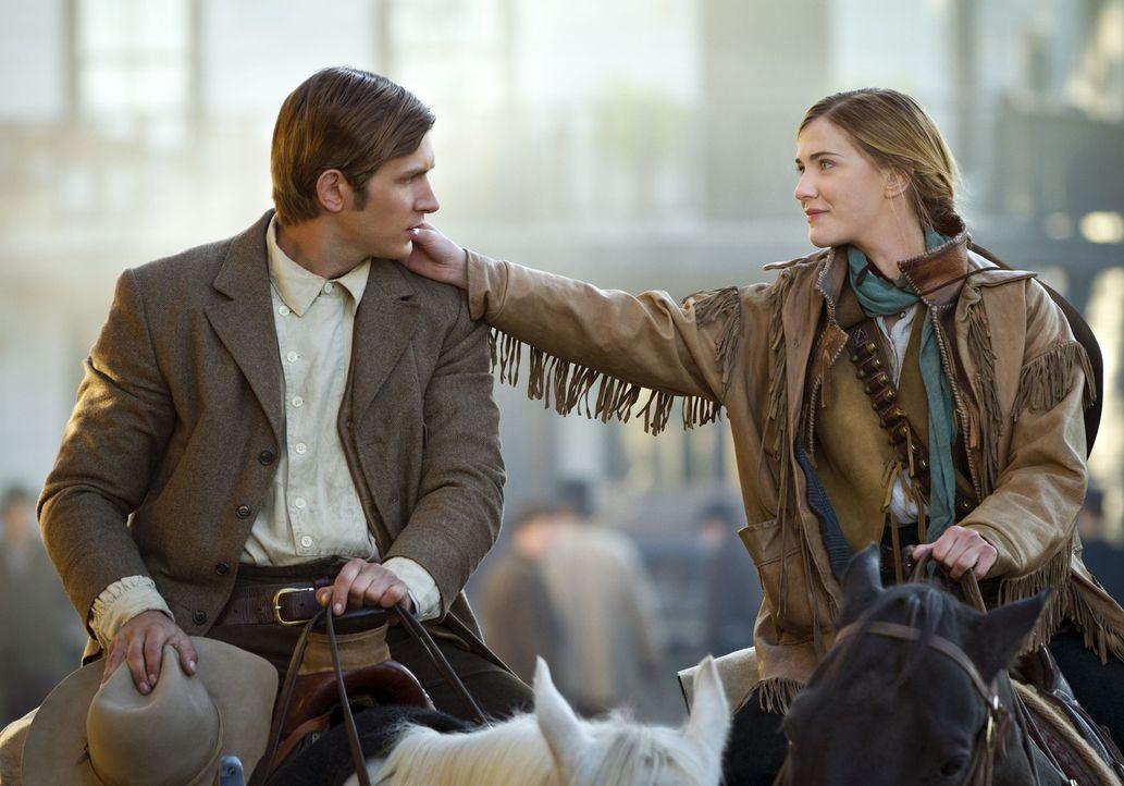 Gerne würde der junge, unerfahrene Wyatt Earp (Greyston Holt, l.) das Herz von Hannah (Sara Canning, r.) erobern. Aber diese scheint ein Auge auf de... - Bildquelle: 2012 Woodridge Productions, Inc. All Rights Reserved