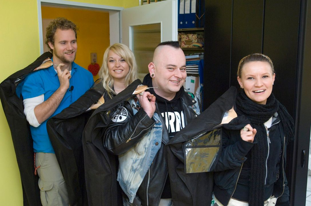v.l.n.r.: Pascal, Vanessa, Mark und Jenny kommen nach ihrer Shoppingtour mit den Outfits für Maggy zur Anprobe. - Bildquelle: Stefan Menne Sat.1