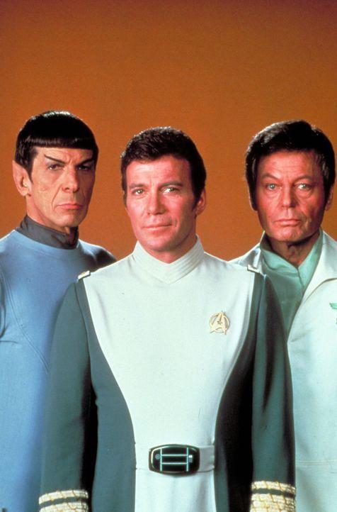 """Nach anfänglichen Schwierigkeiten raufen sich Captain James T. Kirk (William Shatner, M.), Cmdr. Spock (Leonard Nimoy, l.) und Cmdr. """"Scotty"""" Scott... - Bildquelle: Paramount Pictures"""