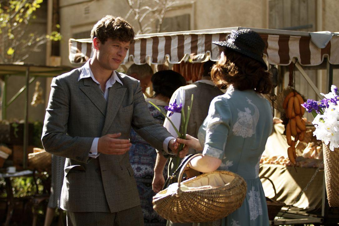 Noch ahnt Eva Delectorskaya (Hayley Atwell, r.) nicht, dass dies möglicherweise ihr letztes Treffen mit ihrem Bruder Kolia (James Norton, l.) ist ... - Bildquelle: TM &   2012 BBC