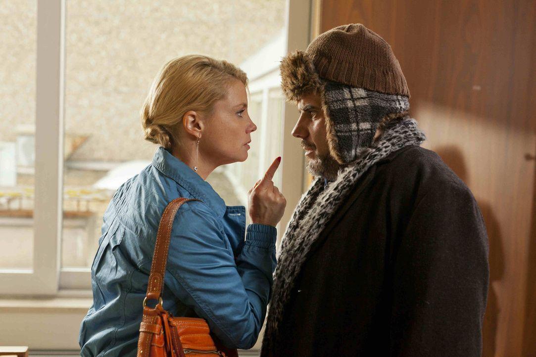Neben Ulla vertritt Danni (Annette Frier, l.) den Bettler Bartl (Bruno Cathomas, r.), der angezeigt wurde, weil er gebettelt hat. Danni kümmert sic... - Bildquelle: SAT.1