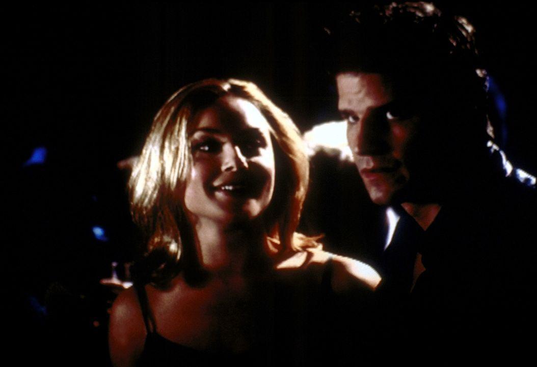 Angel (David Boreanaz, r.) macht sich große Sorgen um die Polizistin Kate (Elisabeth Rohm, l.), die seltsam verändert ist. - Bildquelle: TM +   2000 Twentieth Century Fox Film Corporation. All Rights Reserved.