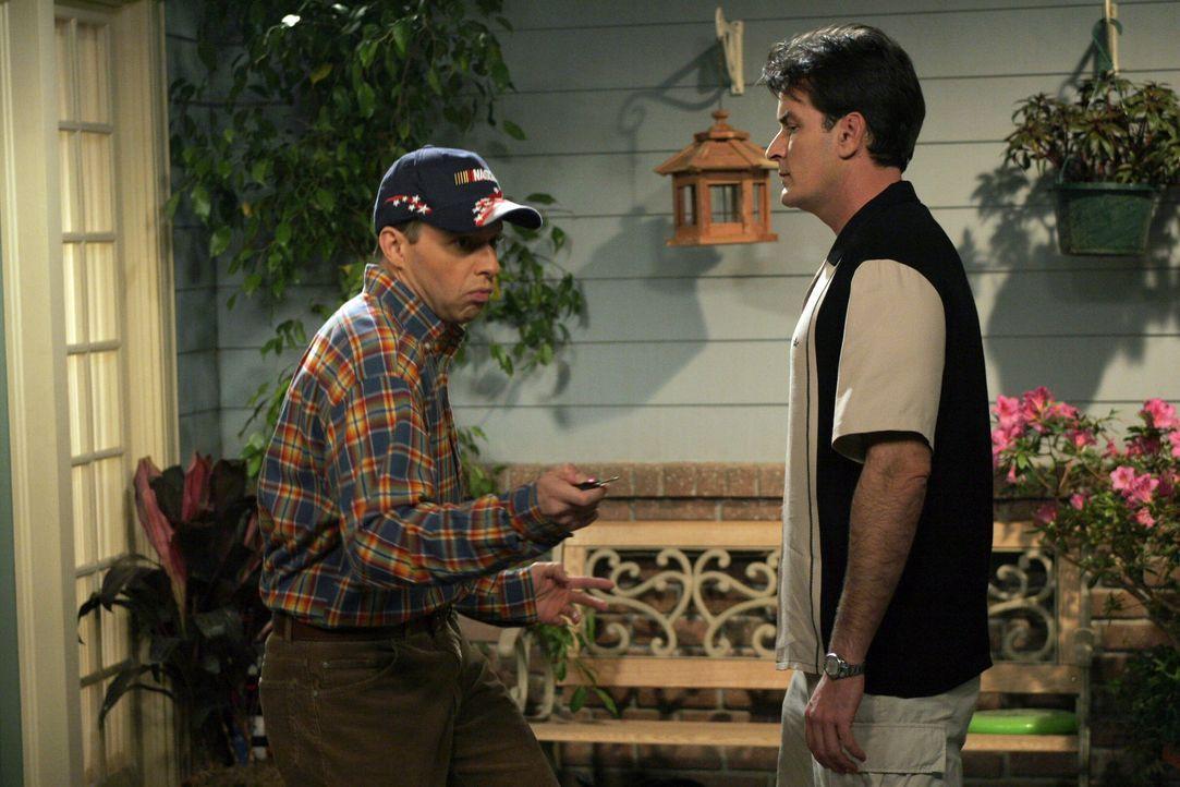 Alan (Jon Cryer, l.) ist stolz auf seinen neuen Sportwagen und führt ihn Charlie (Charlie Sheen, r.) deshalb gleich vor ... - Bildquelle: Warner Brothers Entertainment Inc.