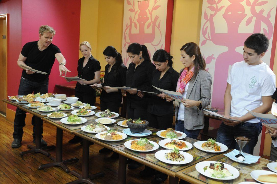 Ob durch eine neue Speisekarte, einen neuen Finanzplan oder ein neues Konzept - Sternekoch Gordon Ramsay (l.) hilft Restaurants wieder auf die Beine... - Bildquelle: 2011 ITV Studios, Inc. all rights reserved.