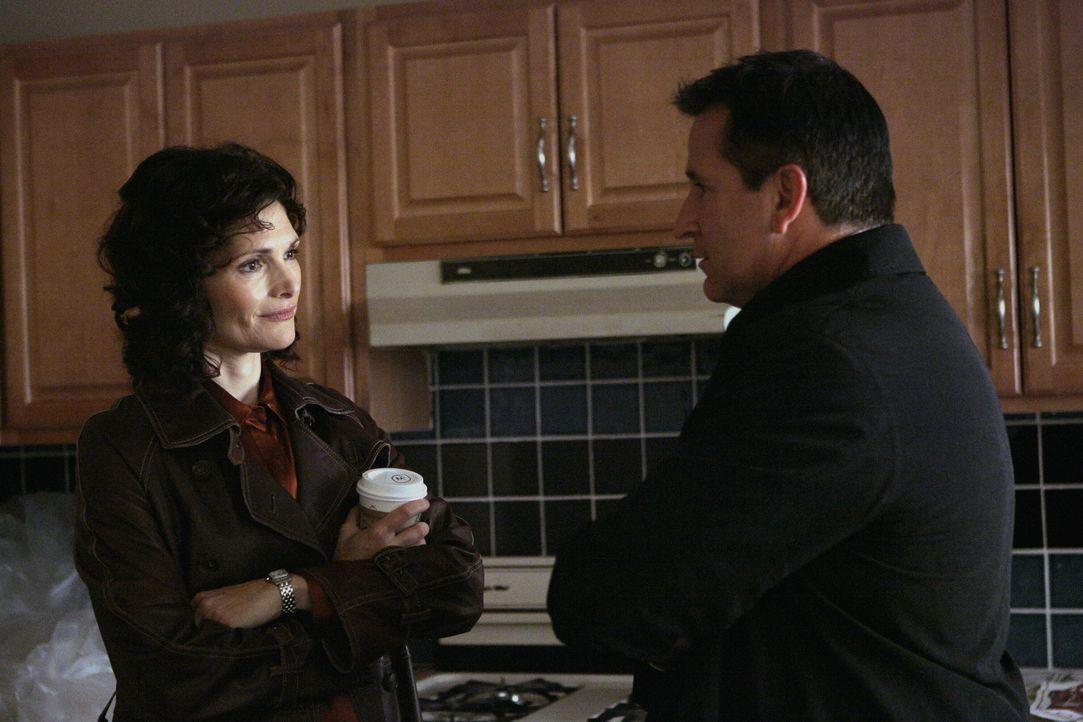 Das plötzliche Verschwinden der manisch depressiven Katie wirft bei Jack Malone (Anthony LaPaglia, r.) und Anne Cassidy (Mary Elizabeth Mastrantonio... - Bildquelle: Warner Bros. Entertainment Inc.