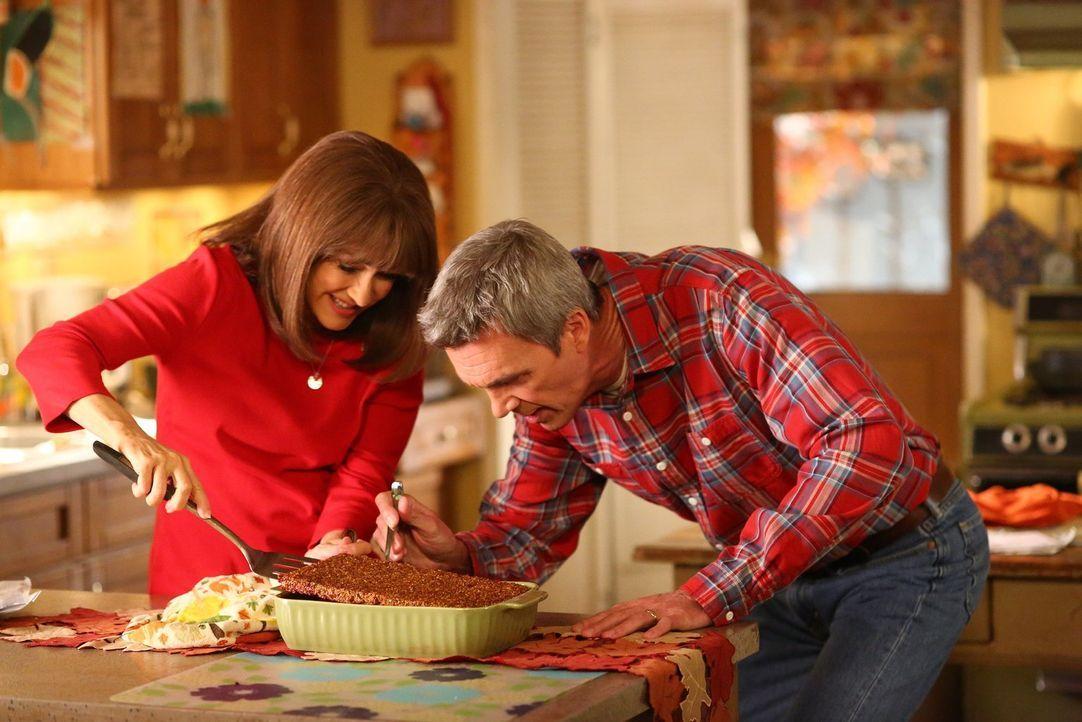 Frankie (Patricia Heaton, l.) und Mike (Neil Flynn, r.) bereiten alles für das Thanksgiving Fest vor, doch dann bringt ein Familienmitglied ihre gan... - Bildquelle: Warner Bros.