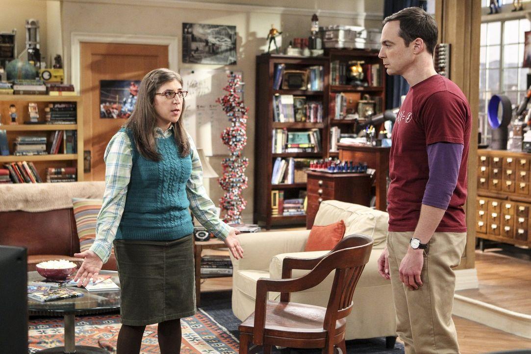 """Sheldons (Jim Parsons, r.) """"Experiment"""", fünf Wochen mit seiner Freundin Amy (Mayim Bialik, l.) zusammen zu wohnen - inklusive in einem Bett schlafe... - Bildquelle: 2016 Warner Brothers"""