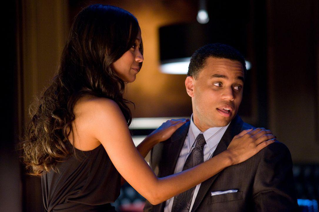 Das Glück scheint perfekt: Jake (Michael Ealy, r.) macht Lilly (Zoe Saldana, l.) einen Heiratsantrag, nachdem ein äußerst lukrativer Banküberfall üb... - Bildquelle: 2010 Screen Gems, Inc. All Rights Reserved.