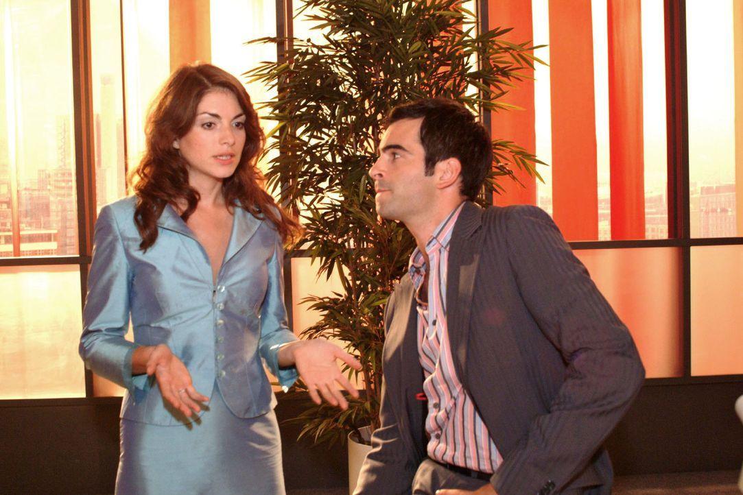 David (Mathis Künzler, r.) versucht die verunsicherte Mariella (Bianca Hein, l.) davon zu überzeugen, das Gesicht von Kerima Moda zu werden. - Bildquelle: Monika Schürle Sat.1