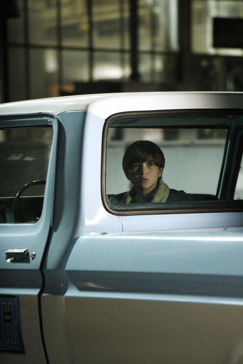 Der junge Ryan Bynum (Wyatt Smith) fährt unerlaubterweise mit dem Truck seines Onkels, wobei es zu einem tragischen Unfall kommt ... - Bildquelle: Warner Bros. Entertainment Inc.
