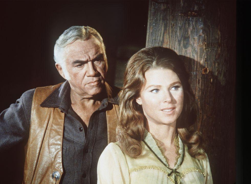 Jennifer Collier (Mariette Hartley, r.) hat schon als kleines Mädchen für Ben Cartwright (Lorne Greene, l.) geschwärmt und möchte ihn nun heiraten.... - Bildquelle: Paramount Pictures