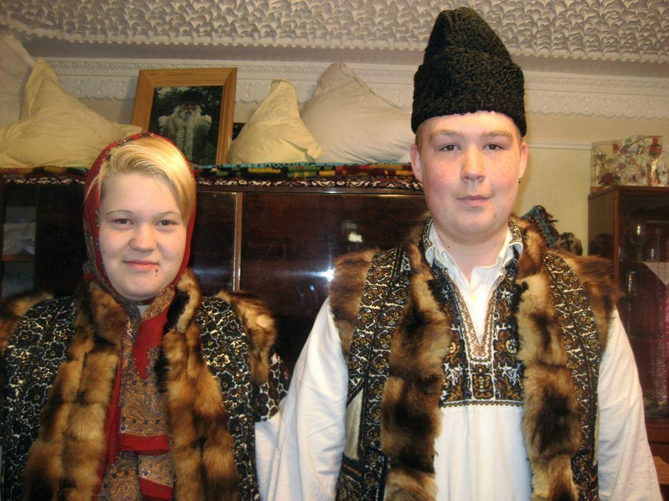 Die 17jährige Michaela (l.) und der ebenfalls 17jährige Tino (r.) sollen bei der Familie Carloanta in Rumänien wieder Respekt lernen und erkennen... - Bildquelle: kabel eins