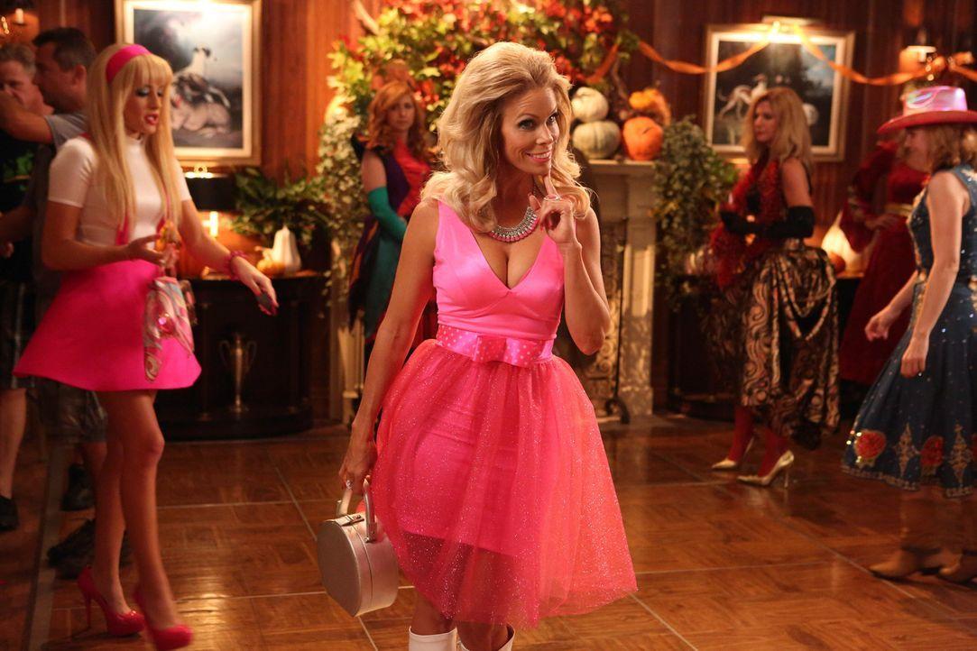 Halloween steht vor der Tür, und Dallas (Cheryl Hines) verkleidet sich als Barbie ... - Bildquelle: Warner Brothers