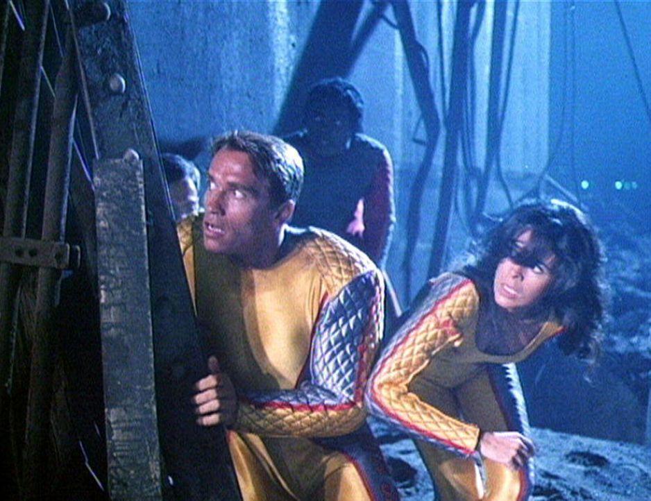 Amber (Maria Conchita Alonso, r.) und Ben (Arnold Schwarzenegger, l.) müssen die tödliche Show überleben ... - Bildquelle: Home Box Office