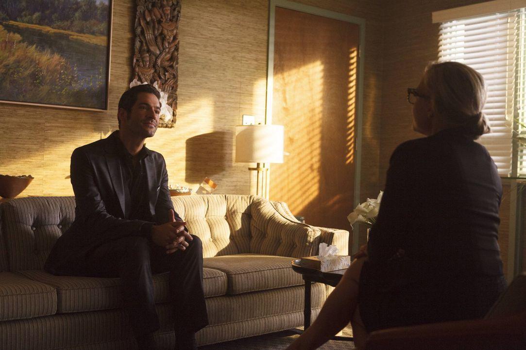 Seine erste Therapiestunde mit Linda Martin (Rachael Harris, r.) verläuft für Lucifer (Tom Ellis, l.) anders, als gedacht ... - Bildquelle: 2016 Warner Brothers