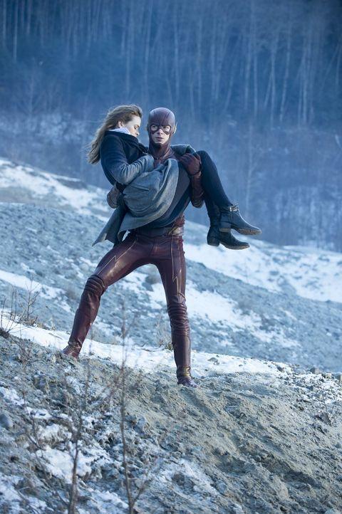 Barry alias The Flash (Grant Gustin, r.) und Caitlin (Danielle Panabaker, l.) begeben sich in Lebensgefahr, um sowohl Ronnie, als auch Martin Stein... - Bildquelle: Warner Brothers.