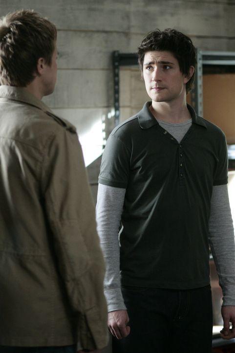 Declan (Chris Olivero, l.) bedrängt Kyle (Matt Dallas, r.), ihm endlich die Wahrheit zu sagen was wirklich passiert ist. Doch Kyle hat keine andere... - Bildquelle: TOUCHSTONE TELEVISION