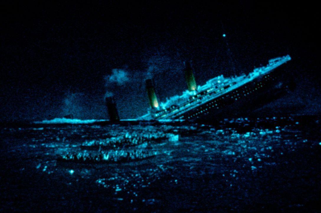 Nachdem die Titanic auf einen Eisberg aufgelaufen ist, passiert das Unvorstellbare - das Schiff sinkt und mit ihr 1503 Menschen ... - Bildquelle: American Broadcasting Company