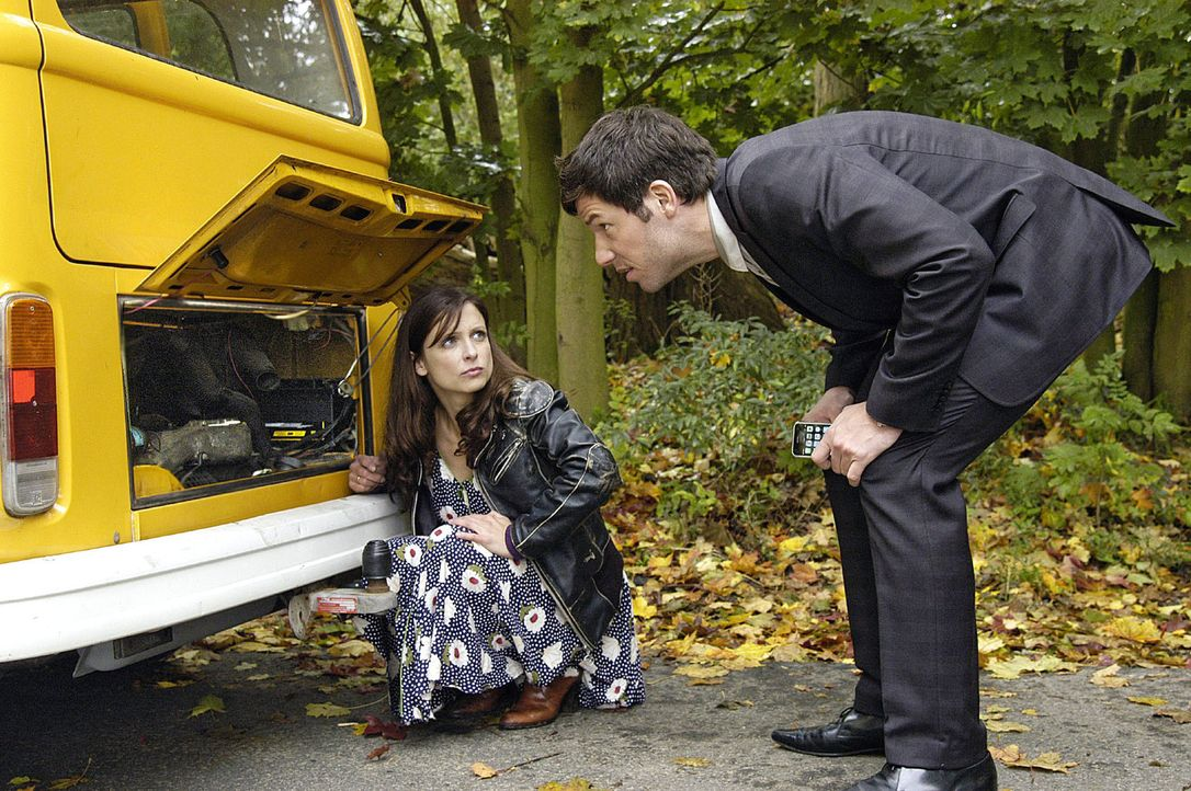Mit einem Trick schafft es Esther (Julia Brendler, l.), dass der Porschefahrer Leon (Tim Bergmann, r.) sich ihrer Autopanne annimmt ... - Bildquelle: Oliver Feist Sat.1