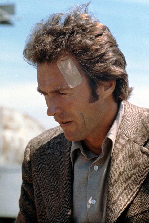 Inspektor Callahan (Clint Eastwood) ist geschockt: Bei seinen Ermittlungen führt ihn eine Spur direkt in die Zentrale der Mordkommission ... - Bildquelle: Warner Bros.