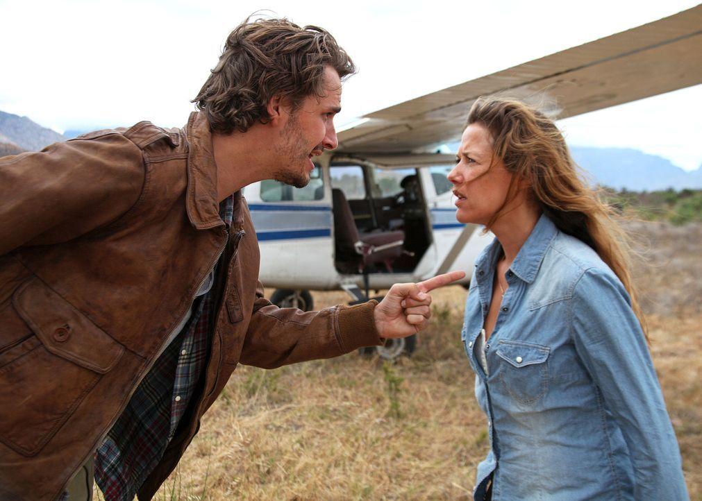 Für Maria (Alexandra Neldel, r.) ist Paul (Max von Thun, l.) eine reine Zumutung, für den jungen Piloten ist die engagierte Ärztin eine sture Kra... - Bildquelle: Boris Guderjahn SAT.1