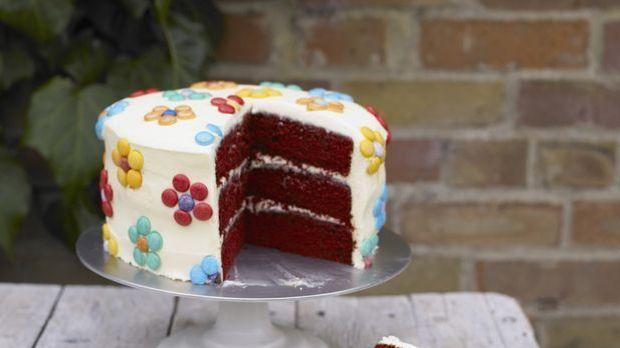 dreilagiger schokoladenkuchen mit smartie bl ten rezept. Black Bedroom Furniture Sets. Home Design Ideas