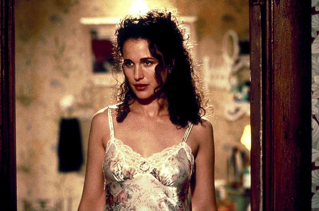 Die gut aussehende Laura Kinney (Andie MacDowell) weiß nicht, dass es ihren Mann gleich viermal gibt! - Bildquelle: Columbia TriStar