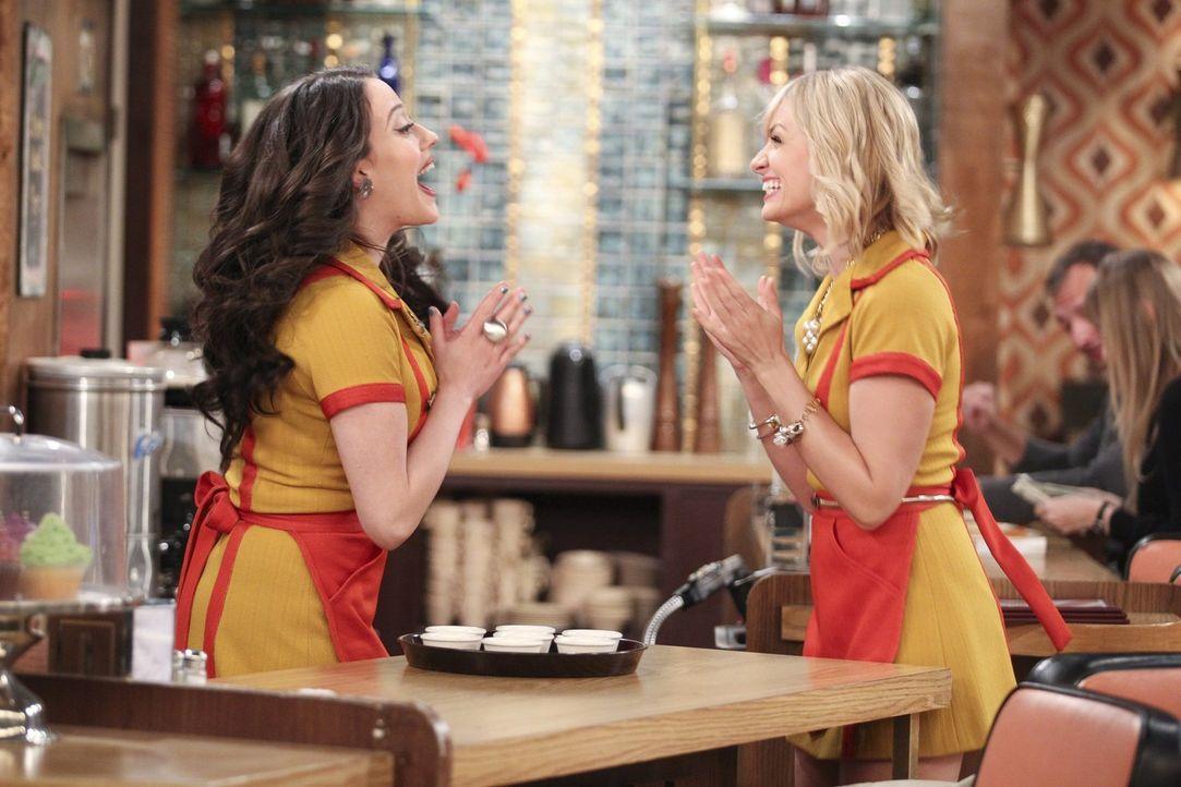Noch ahnen  weder Caroline (Beth Behrs, r.) noch Max (Kat Dennings, l.), dass bald einiges schief läuft ... - Bildquelle: Warner Bros. Television